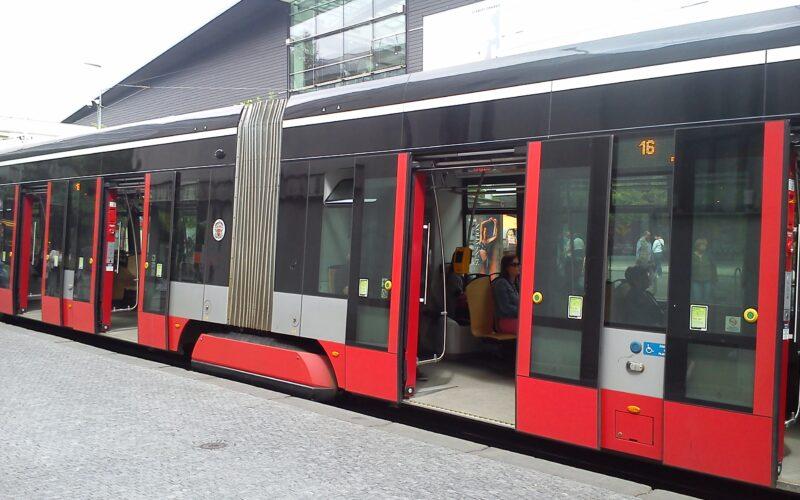 Трамвай в Праге на остановке