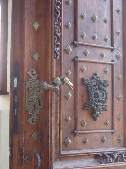 Герб в рукоятке входной двери замка Глубока-над-Влтавой