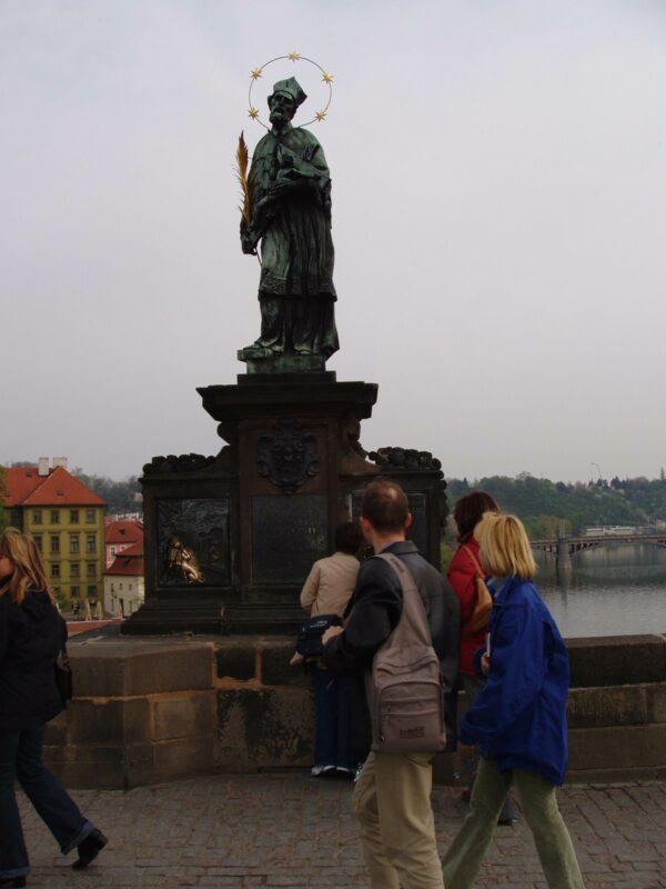 Загадывание желаний у Яна Непомуцкого на Карловом мосту