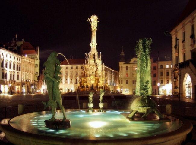 Фонтаны на площади Оломоуца вечером