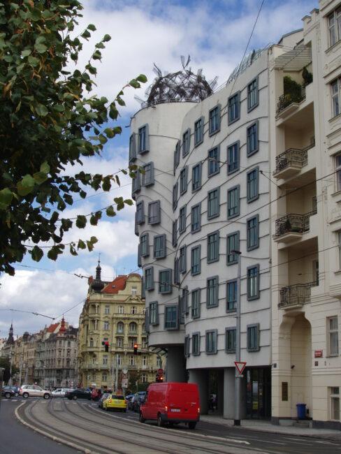 Прага. Танцующий дом сбоку