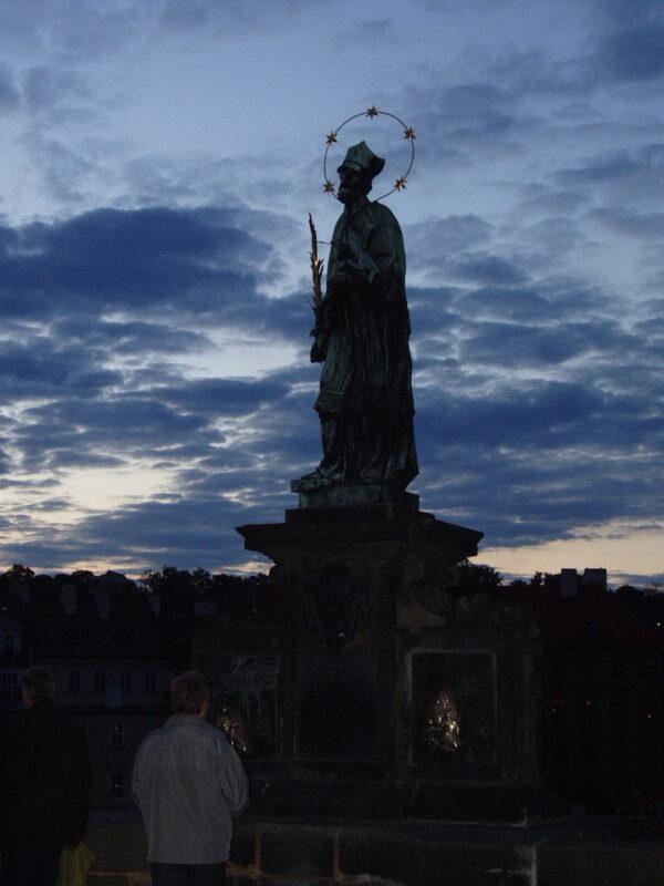 Карлов мост. Статуя Яна Непомуцкого вечером