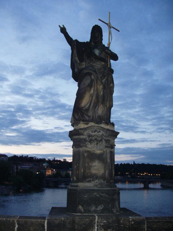 Статуя Святой Иоанн Креститель вечером на Карловом мосту