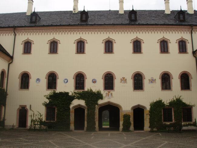 Внутренний двор замка Сихров
